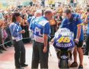 Zaira Pitzalis con la moto di Valentino Rossi alla gara MotoGP 2005 Mugello